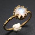 レインボームーンストーン 指輪 リング ローズカット 天然石<6月誕生石>ハンマード ラウンド6mm 真鍮ブラス・ゴールドカラー/1個