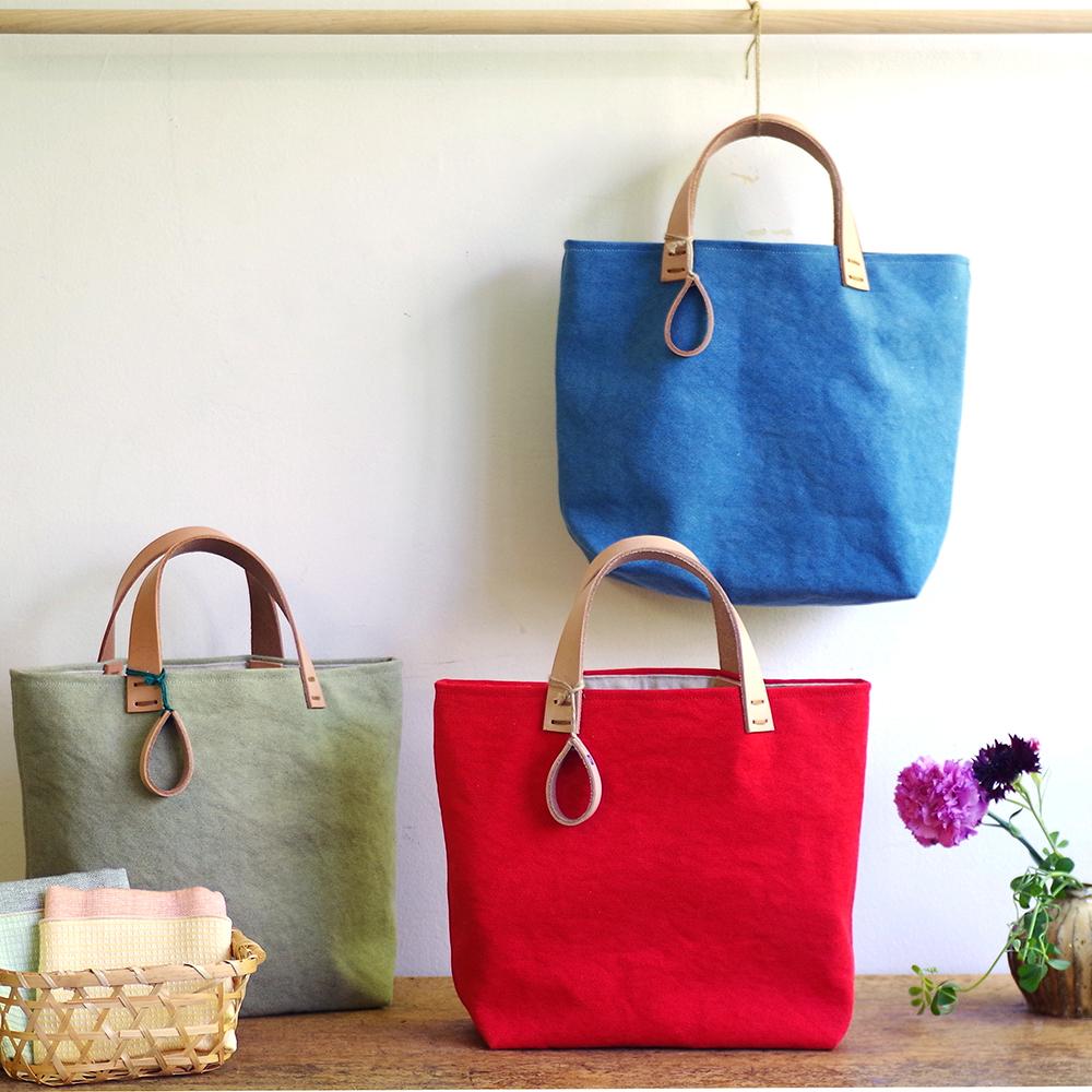 玉ねぎで染めた帆布トートバッグ (Sサイズ) <つゆくさいろ/うらはいろ/かーねーしょんいろ> [れんげの家(長野県)] 植物染め 手作り