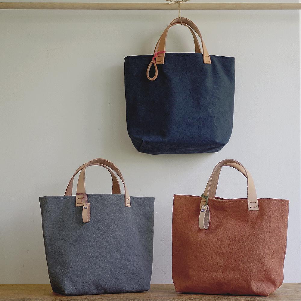 玉ねぎで染めた帆布トートバッグ (Sサイズ) <あいいろ/すみいろ/かきしぶいろ> [れんげの家(長野県)] 植物染め 手作り