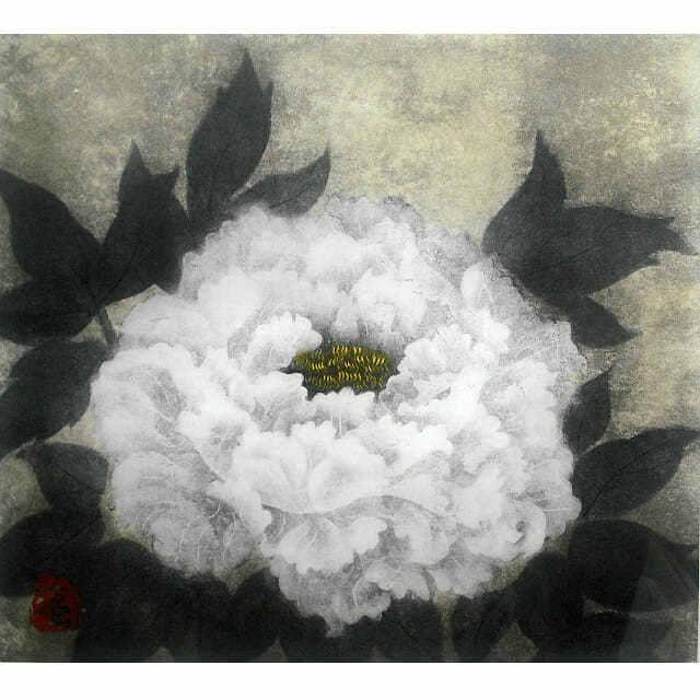小泉淳作「牡丹花」銅版画。柔らかく白い花びらが幾重にも重なる、大きな牡丹を描いた作品。