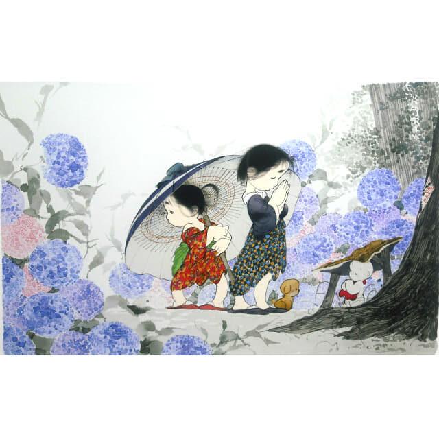 中島潔「とおりゃんせ」。あじさいが咲く山道。大きな傘をさす少女。お地蔵様に手を合わせる少女の足元には子犬のうめ吉。