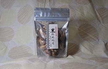 お試し用 国産ホワイト6片熟成黒にんにく(粒タイプ100gx1袋)を レタ−パックプラス【送料510円】でお届けします。   贈答用に3個セットもございます。