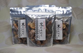 贈答用・お試し用  国産ホワイト6片   熟成黒にんにく (粒タイプ100gx3袋) を レタ−パックプラス【送料510円】でお届けします。