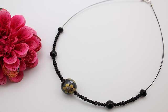 有田焼磁器玉天然石ペンダント(Arvo) 黒釉金彩桜オニキス