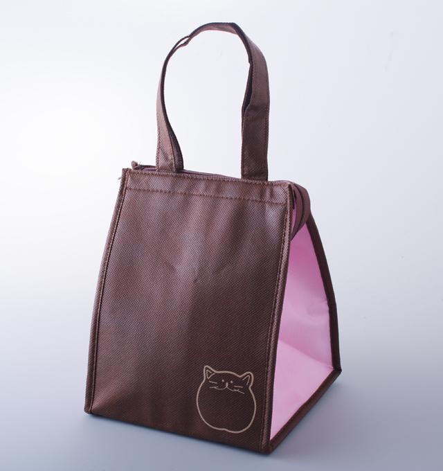 ドリンクやお弁当を入れるのにちょうど良いサイズの猫のポイントが入ったオリジナル保冷バッグ。
