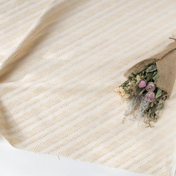 お買い得!【カット済み】【布帛】くるくる模様のナナメストライプ・しっかりめジャガード(クリーム)