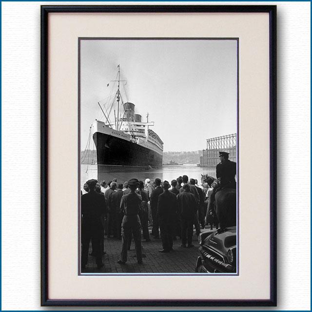1962年 ニューヨーク港ストライキ・客船クイーンメリー タグ無し着岸の写真 3277LL黒