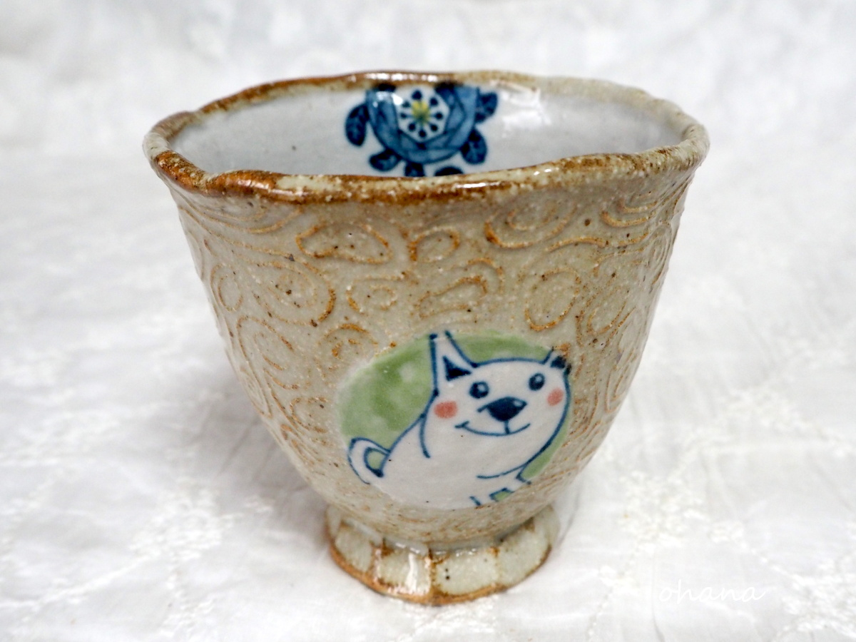 白い犬のカップ