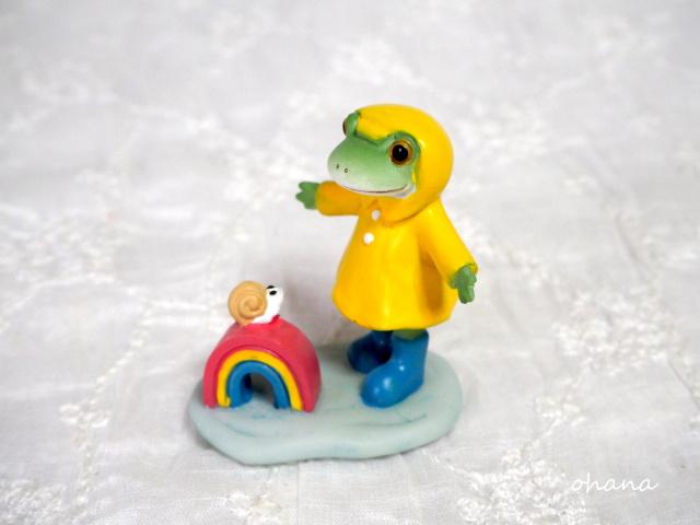 虹にびっくりカエル