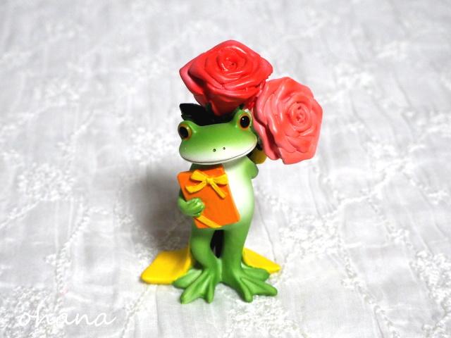 バラとプレゼントを持つカエル