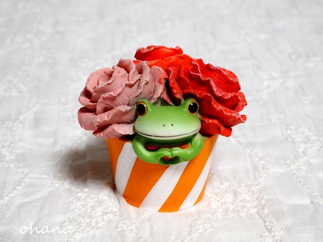 花の中からカエル