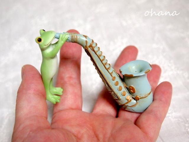 サックスを吹くカエル
