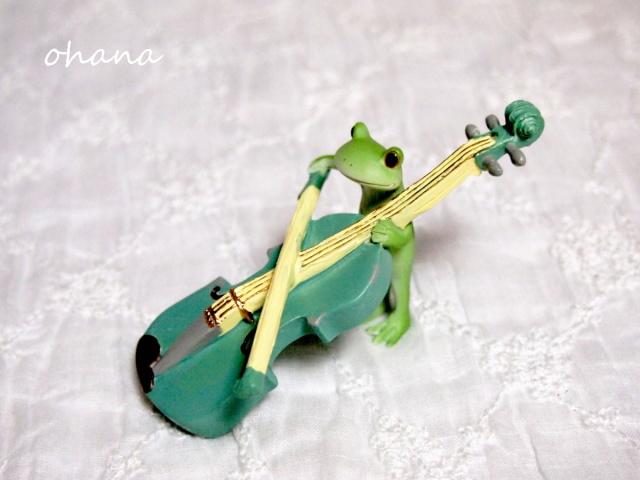 バイオリンを弾くカエル