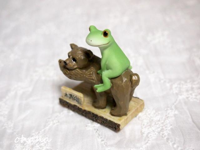 木彫りのクマとカエル