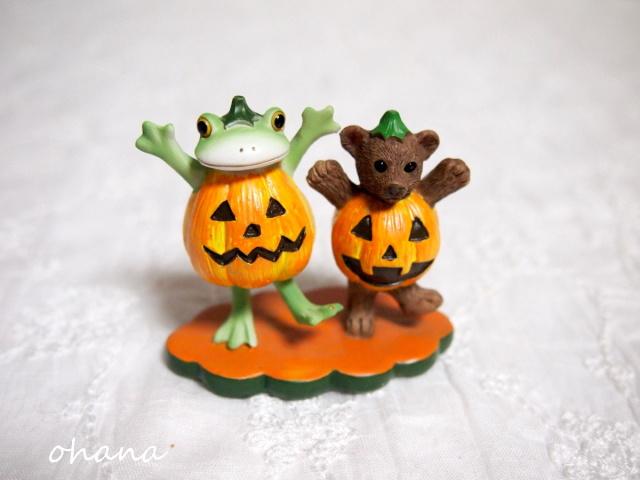 かぼちゃ服のカエルとクマ