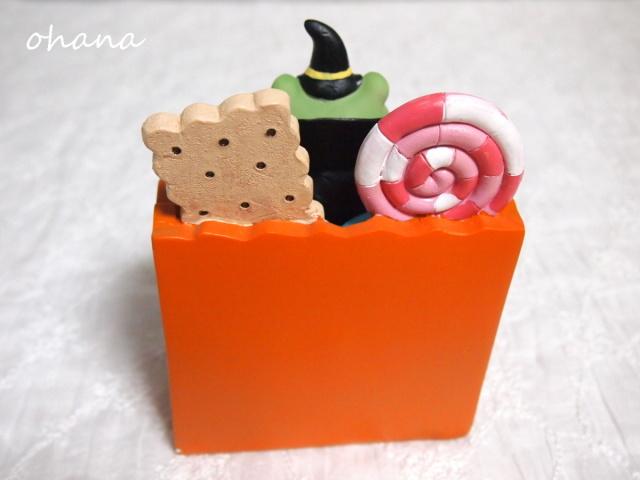 お菓子箱からカエル