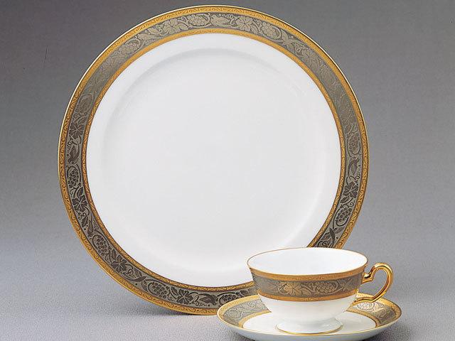 金白金蝕葡萄唐草(きんはっきんしょくぶどうからくさ)カップ&ソーサーとミート皿