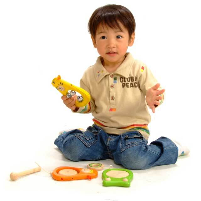 木のおもちゃタイガーで遊ぶ子供