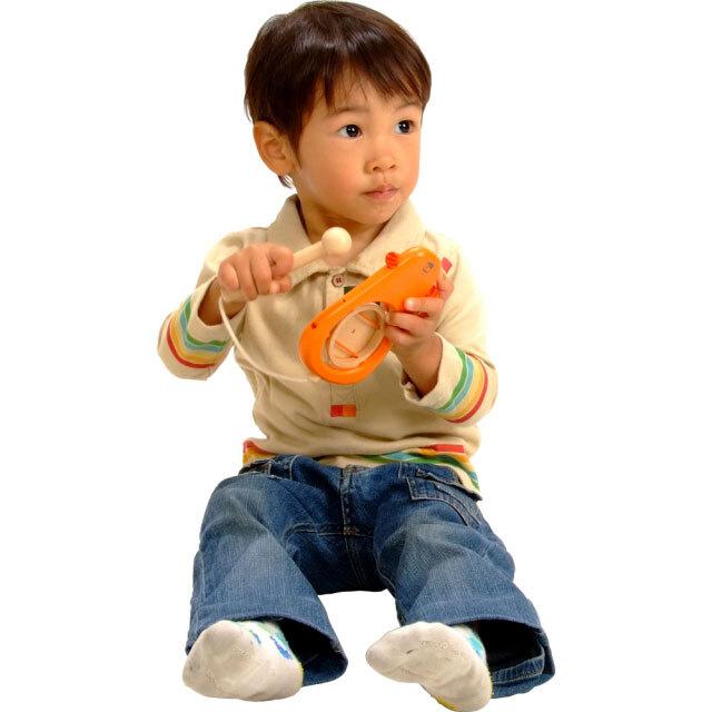 太鼓おもちゃモンキーで遊ぶ子供