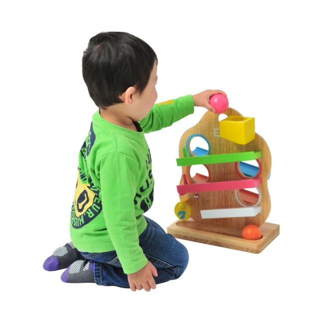 スリースロープで遊ぶ赤ちゃん