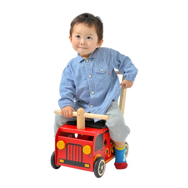 ウォーカー&ライド消防車に乗る赤ちゃん