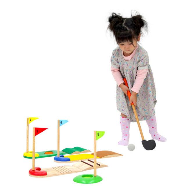 ゴルフセットで遊ぶ子供
