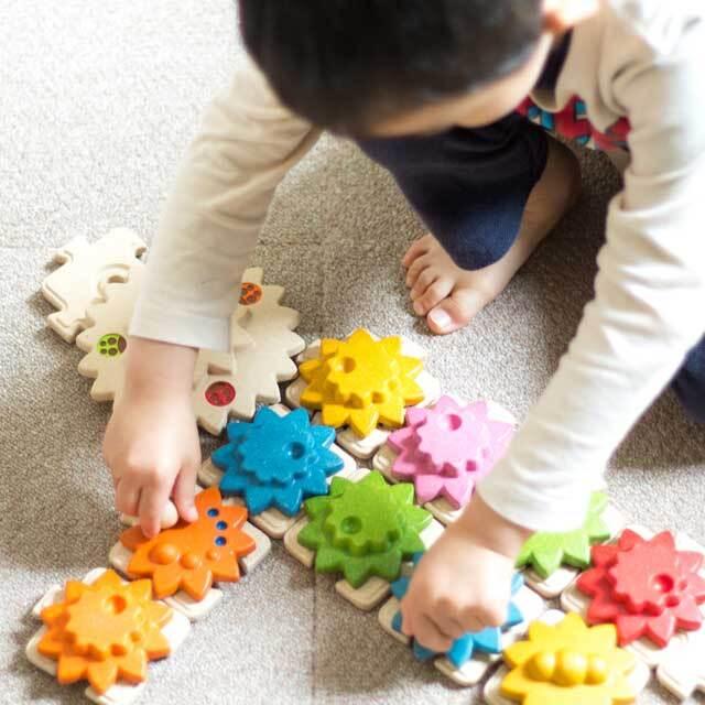 ギアパズルで遊んでいる子供