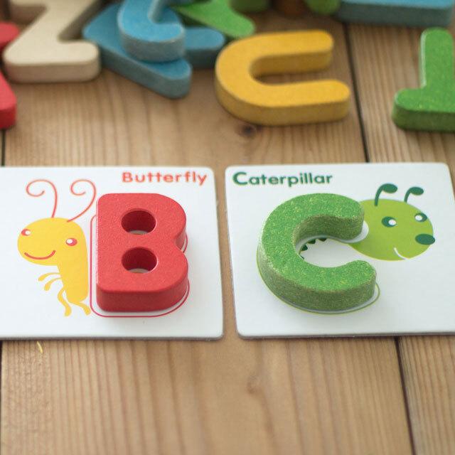 アルファベットの型はめおもちゃ
