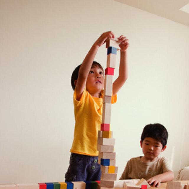 クビコロで遊ぶ男の子