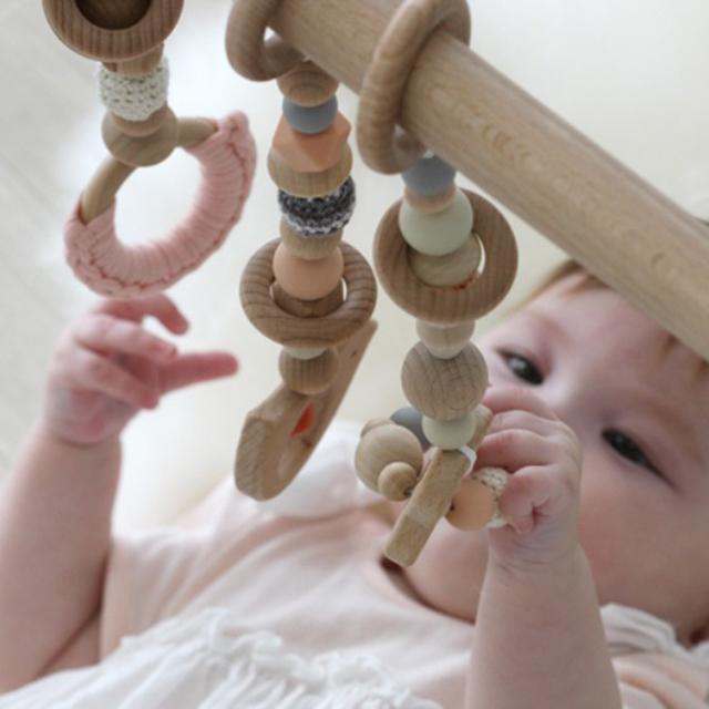 ベビージムで遊ぶ赤ちゃん