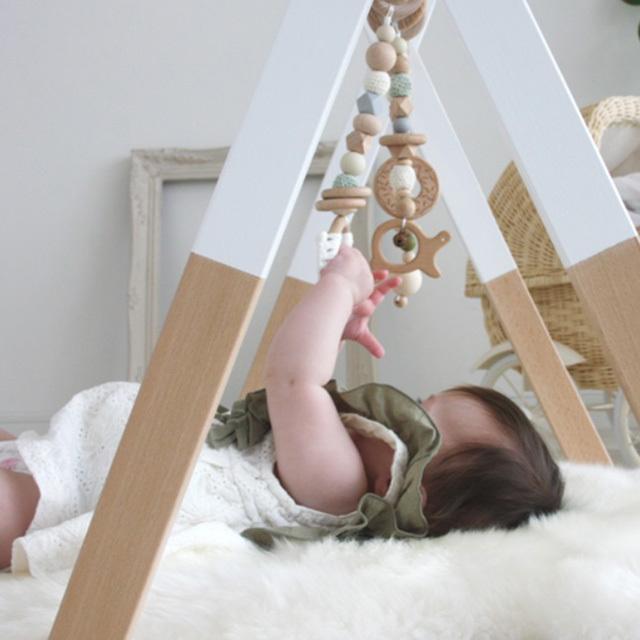 ベビージムで横になる赤ちゃん