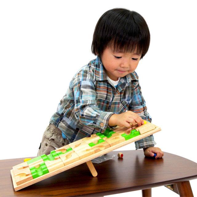 マザベルで遊ぶ子供