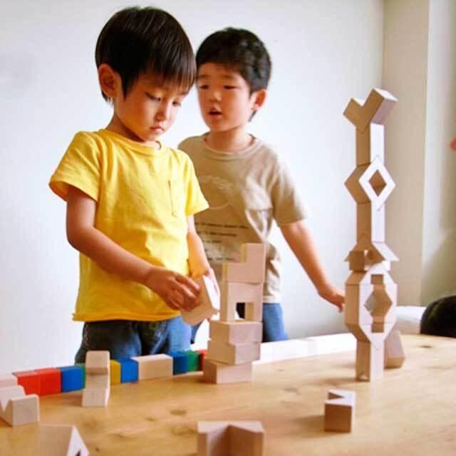 CUBICOLO TRIANGOLOで遊ぶ子供