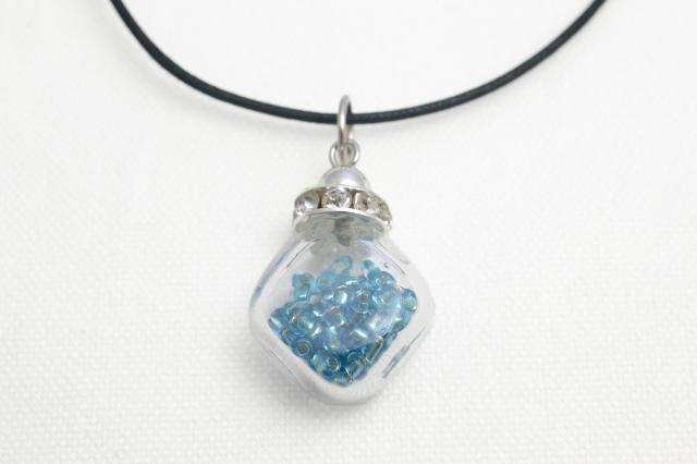 ムラーノグラスペンダント 小瓶型ペンダントトップ(スクエア) ライトブルー ネックレス付き