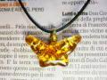 ムラーノグラスペンダント 蝶のモチーフのペンダントトップ ゴールド&ゴールド ネックレス付き