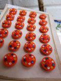 パリ蚤の市 クリニャンクールのデッドストックアクセサリー オレンジガラス小花手塗りボタン