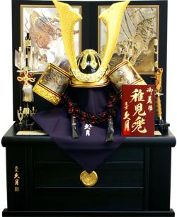 【五月人形】久月作 家紋「萌黄縅 着用兜」 収納飾り(1301)