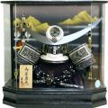 【五月人形】吉徳大光作 正絹絲縅「上杉謙信 着用兜」 アクリルケース飾り(537-293)