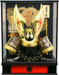 【五月人形】吉徳大光作 「立体大鍬形 着用兜」 ガラスケース飾り(539-809)
