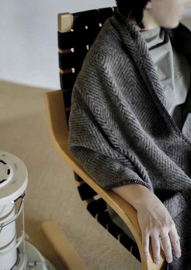 LapuanKankurit_pocket_shawl_MARIA_brown-black_img.jpg
