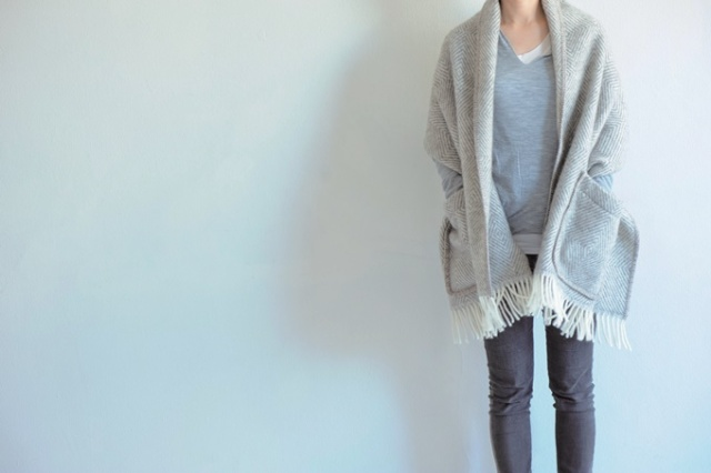 LapuanKankurit_pocket_shawl_MARIA_grey-white_img3.jpg