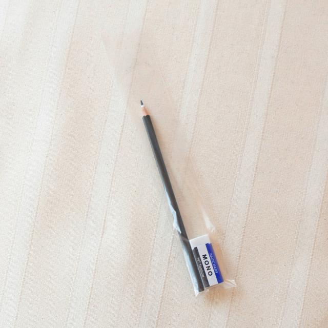 鉛筆1本と消しゴムを入れてみました