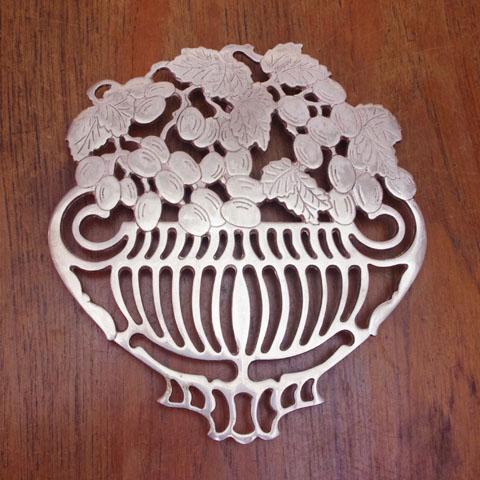 フランスブロカント  シルバープレート鍋敷き(ブドウ籠)