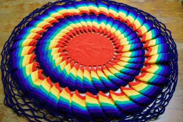 かぎ針編み 円形クッションカバー (レインボー)