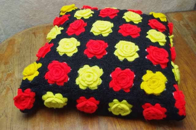 かぎ針編み バラの花 クッションカバー (赤&黄)