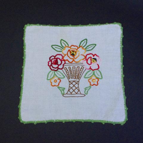 フランスブロカント   花かご刺繍 ドイリー