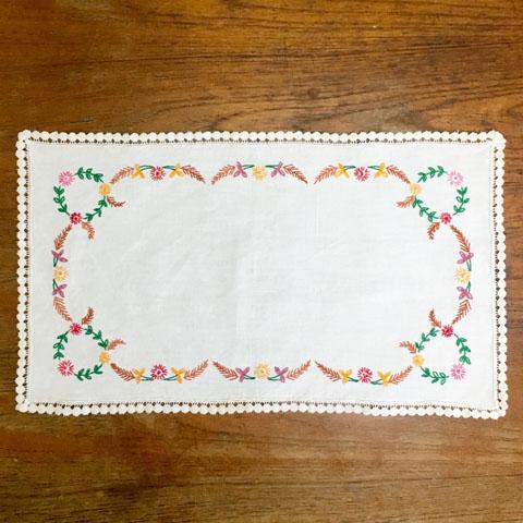 フランスブロカント  刺繍 テーブルセンター (花もよう)