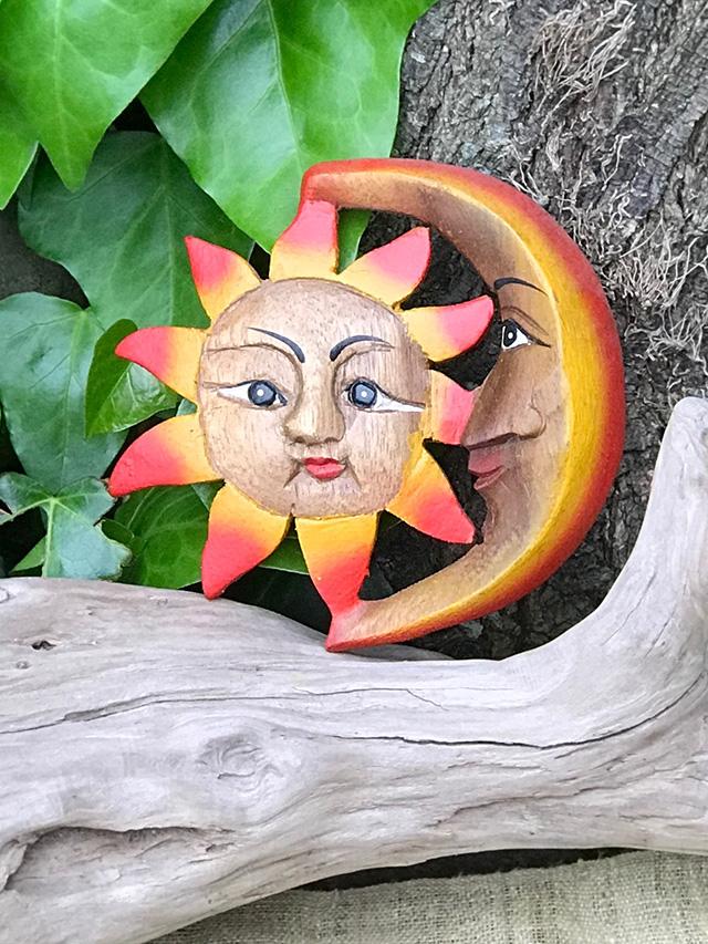 太陽と月の壁飾り
