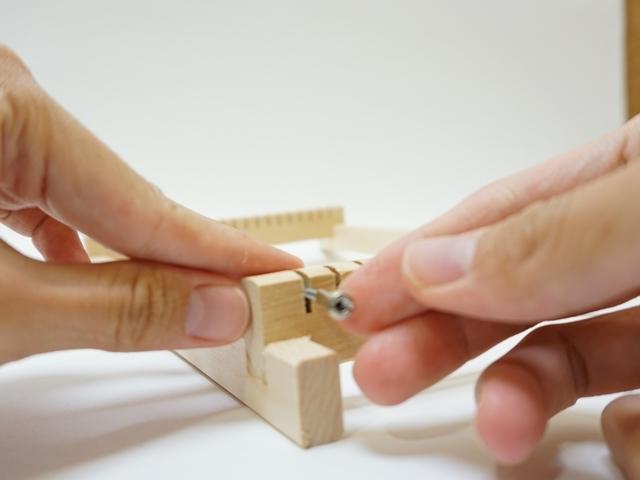 織り機の部品の取り付け