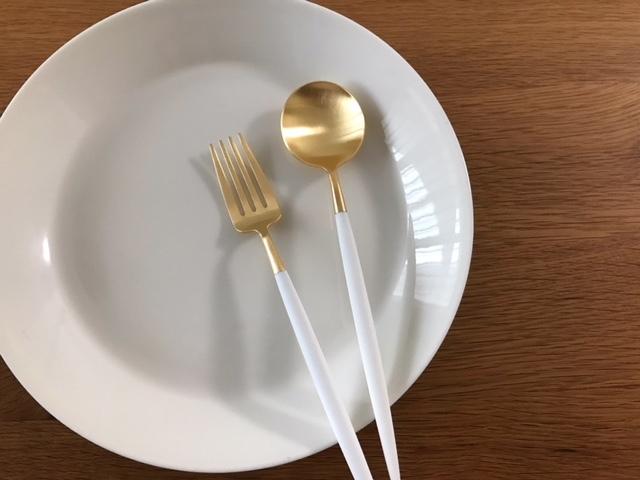 クチポール GOAホワイト×マットゴールド デザートスプーンとフォーク